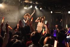 志田友美(夢みるアドレセンス)、新井ひとみ(東京女子流)による「あんなに好きだったサマー」歌唱の様子。