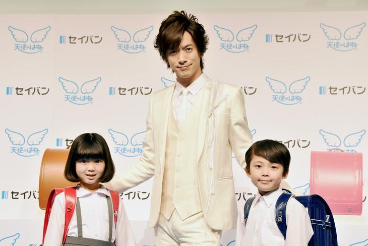 左よりCMで共演した石井心咲ちゃん、DAIGO、同じくCM出演者の樋口開飛くん。