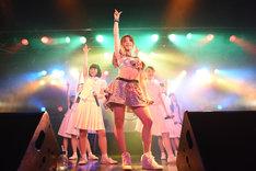 アイドルネッサンスと森咲樹による「17才」歌唱の様子。
