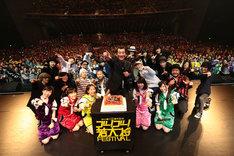 """「加山雄三 55周年記念 """"ゴー!ゴー!若大将FESTIVAL""""」初日公演の記念写真。"""