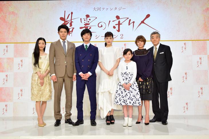 左から壇蜜、鈴木亮平、板垣瑞生、綾瀬はるか、鈴木梨央、真木よう子、柄本明。(写真提供:NHK)
