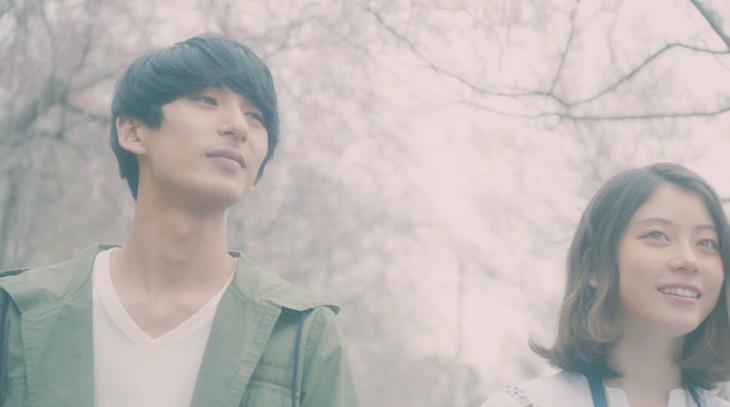 「Hello Radio」ミュージックビデオに出演している籾木芳仁とSUMIRE。