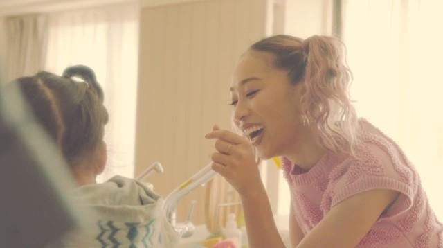 青山テルマ「あなたの側に feat. 仲宗根泉(HY)」MVのワンシーン。