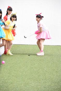 ダフる小泉遥香(右端)。