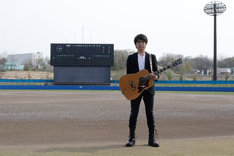 秋田・グリーンスタジアムよこてに立つ高橋優。
