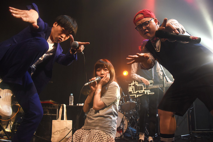 「sparkjoy hour ~city joy~」アンコールの様子。左から堂島孝平、南波志帆、斉藤伸也(ONIGAWARA)。