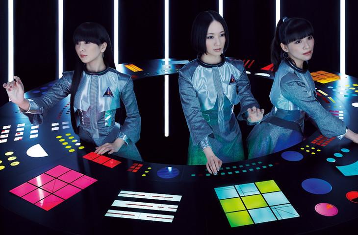 「Perfume 6th Tour 2016『COSMIC EXPLORER』」のツアーパンフレットに掲載されたイメージビジュアル。