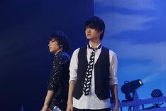 板垣瑞生(左)と佐野勇斗(右)によるパフォーマンスの様子。(撮影:角田勇太)