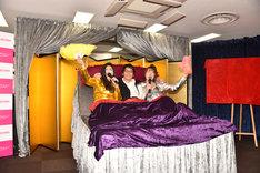 ベッドとともに登場するベッド・インとキングレコードの浅田恭司氏。