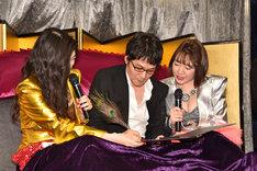 メジャー契約の調印を行うベッド・インと浅田恭司氏。