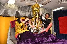 くす玉をオープンするベッド・インと浅田恭司氏。