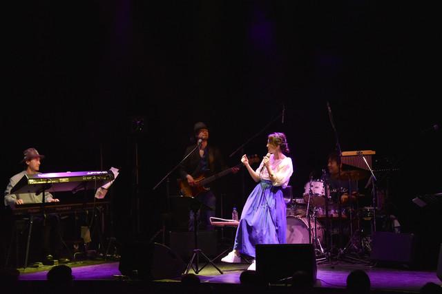 佐藤史朗(Key)、榎本高(B)、田中徹(Dr)のトリオ演奏をバックに歌う加藤いづみ。