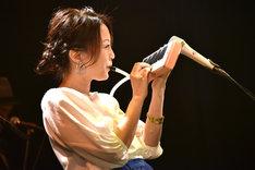 ピアニカを演奏する加藤いづみ。