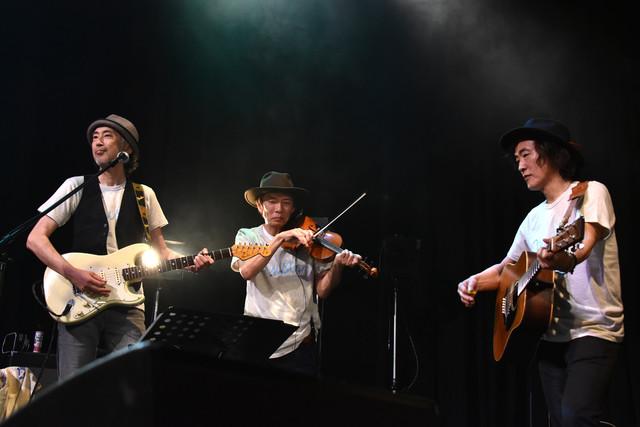 左から狩野良昭(G)、中井一郎(Violin)、高橋研(G)。