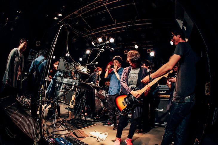 5月13日に東京・新宿MARZで行われたavengers in sci-fiの機材見学および試奏の様子。(撮影:西槇太一)