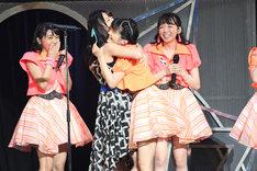 ゲストとして登場した矢島舞美に抱き着く田村芽実。
