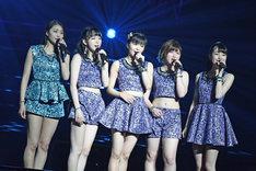 先輩の和田彩花と同期メンバーと共に歌唱する田村芽実(写真中央)。