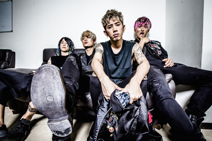 ONE OK ROCK。左端がTomoya。
