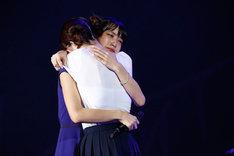 松村沙友理(右)と抱き合う深川麻衣(左)。(写真提供:Sony Music Records)