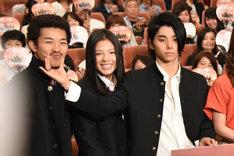左から太賀、石井杏奈(E-girls)、村上虹郎。