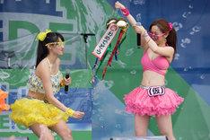 くす玉を割る佐保明梨と古川小夏。(写真提供:YU-Mエンターテインメント)