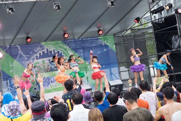 「Slide the City FES in Aomi」でのアップアップガールズ(仮)のライブの様子。(写真提供:YU-Mエンターテインメント)
