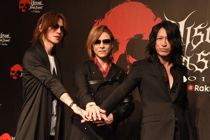 左からSUGIZO(LUNA SEA, X JAPAN)、YOSHIKI(X JAPAN)、TAKURO(GLAY)。