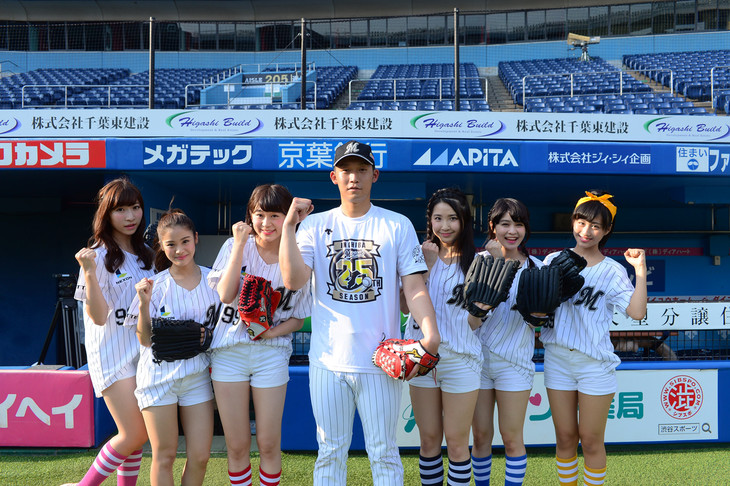 La PomPonと関谷亮太選手。(撮影:達川範一)