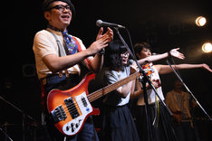 「Baby, Baby」「はずかしい!」のコール&レスポンスのみのためにゲストで登場したカラスは真っ白・ヤギヌマカナ(中央)。