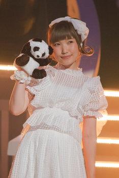 「泣きべそパンダはどこへ行った」をパフォーマンスする内田彩。(撮影:草刈雅之)