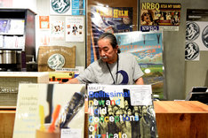 PIED PIPER HOUSE in TOWER RECORDS SHIBUYAのカウンターに立つ長門芳郎氏。
