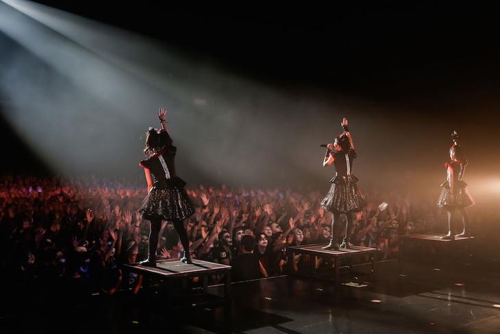 BABYMETAL「APOCRYPHA - THE WHITE MASS -」東京・Zepp Tokyo公演2日目の様子。(Photo by Taku Fujii)