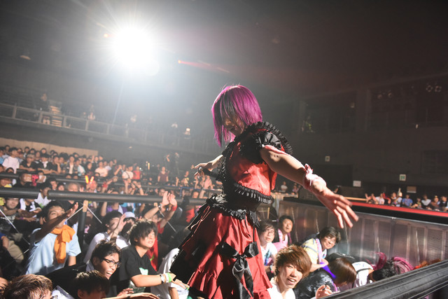 椎名ぴかりんによるライブの様子。