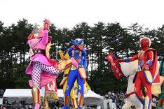 絶叫戦隊ハイランダーと吉田のうどんぶりちゃんによる開会宣言の様子。