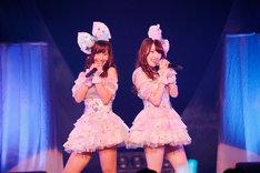 「わがままな流れ星」を歌う柴田阿弥(左) と木本花音(右)。(c)AKS