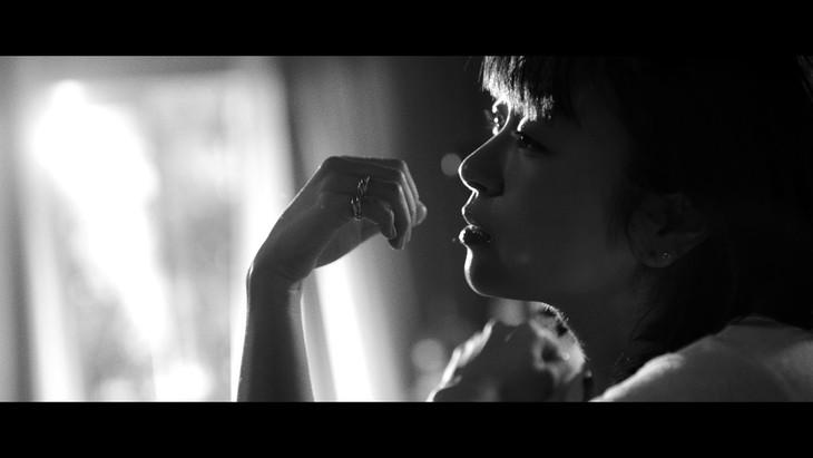 宇多田ヒカル「花束を君に」ミュージックビデオのワンシーン。