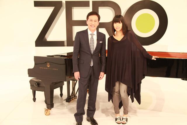 日本テレビ系「NEWS ZERO」メインキャスター村尾信尚と宇多田ヒカル。