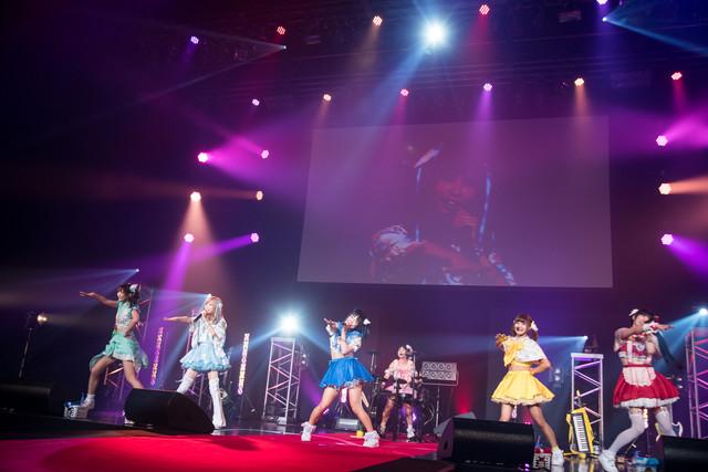 バンドじゃないもん!によるライブの様子。(撮影:稲垣謙一)