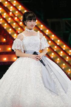 純白のドレスに着替えたあーりん。(photo by HAJIME KAMIIISAKA)