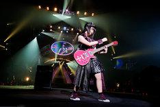 ギターをかき鳴らすあーりん。(photo by HAJIME KAMIIISAKA)