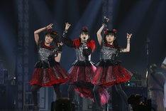 「BABYMETAL WORLD TOUR 2016 LEGEND -METAL RESISTANCE- BLACK NIGHT」の様子。(Photo by Taku Fujii)