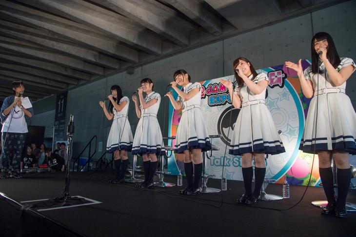 欅坂46のトークショーの様子。