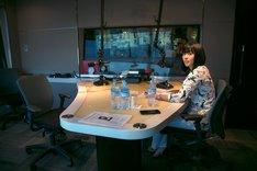 「シェアラジオ特別番組(民放ラジオ特別番組)『サントリー天然水 presents 宇多田ヒカルのファントーム・アワー』」に出演する宇多田ヒカル。