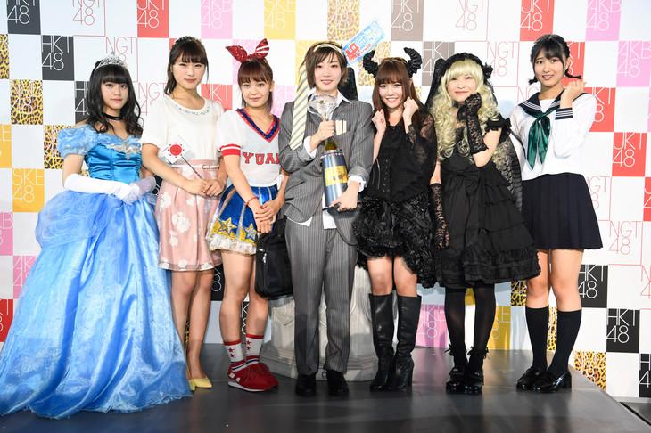 ユニット入りを果たした7人。左から竹内彩姫、渋谷凪咲、湯本亜美、田名部生来、込山榛香、福岡聖菜、野澤玲奈。 (c)AKS
