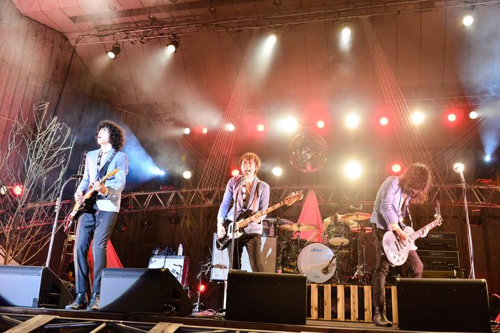 今年7月に東京・日比谷野外大音楽堂で行われたワンマンライブ「SHOUT OUT LOUD!」の様子。