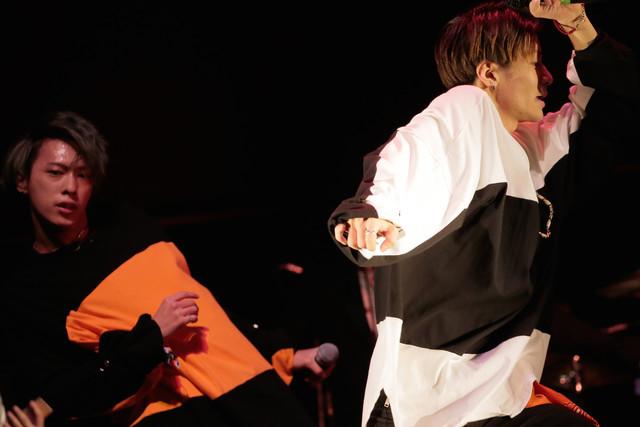 左からVALSのKEIN(Dance, Vo)、Nao10(Dance)。