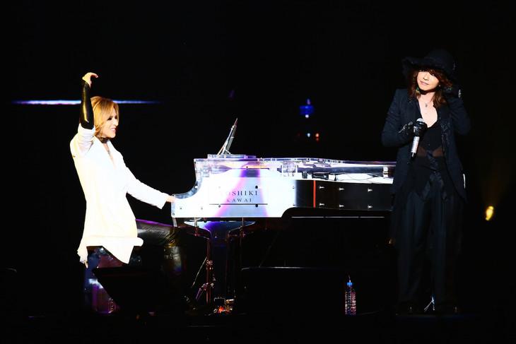 YOSHIKI(Dr, Piano / X JAPAN)とHYDE(Vo / L'Arc-en-Ciel、VAMPS)のコラボの様子。