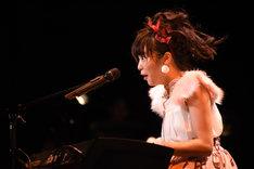 ピアノを演奏する中山莉子。