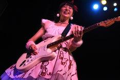 ギターを弾く真似をする中山莉子。