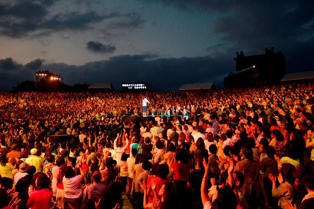 小田和正「明治安田生命Presents『KAZUMASA ODA TOUR2016 君住む街へ』」沖縄・宜野湾海浜公園屋外劇場公演の様子。(撮影:菊地英二)